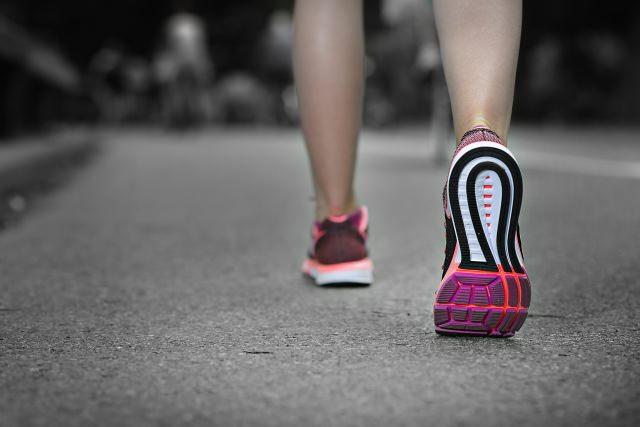 走る一歩目の足は利き足?